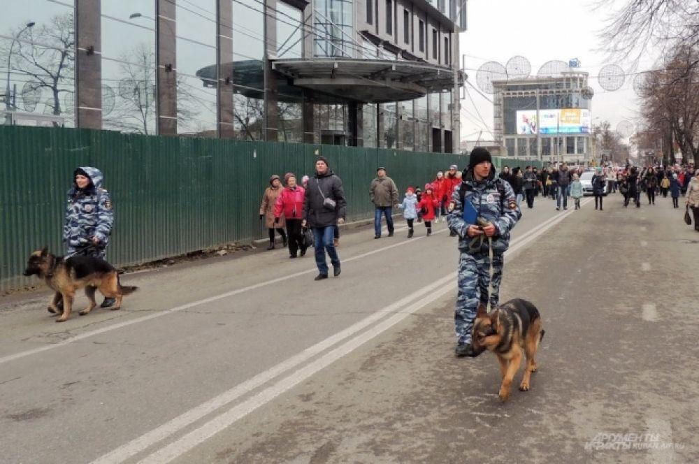 Полицейские с собаками стали участниками парада по долгу службы.