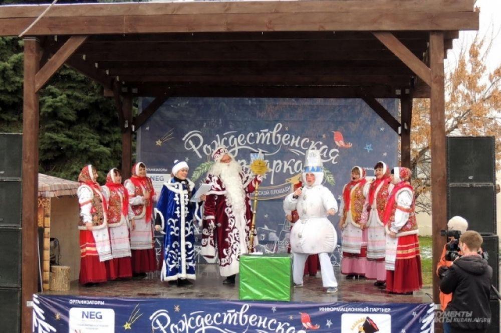 Перед началом парада разыграли сценку со сказочными героями.