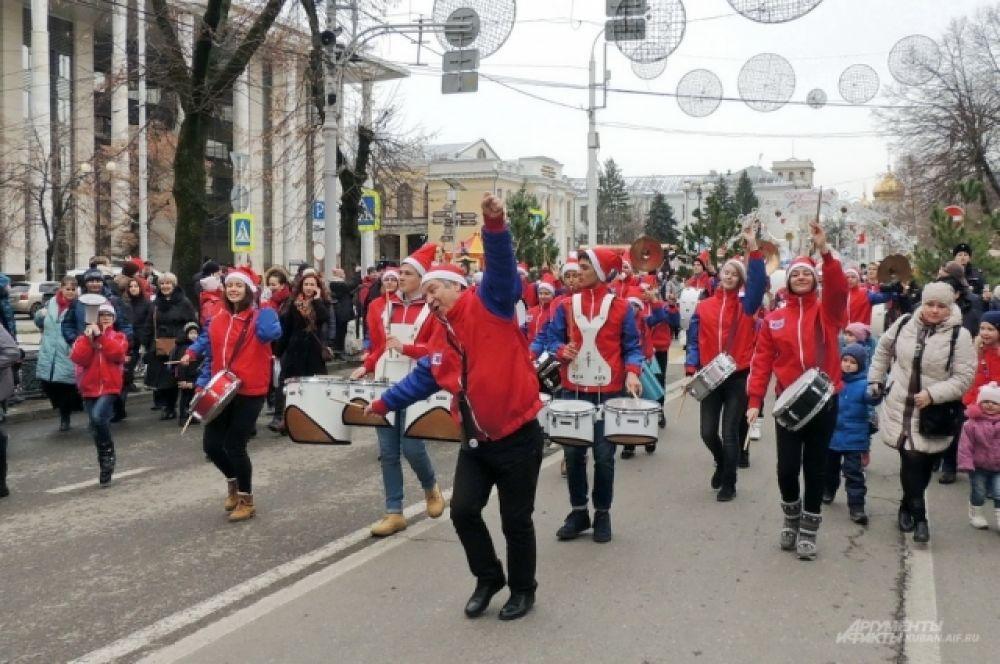 Колонну с новогодними героями возглавлял детский оркестр духовых и ударных инструментов «Юнга» из Новороссийска.