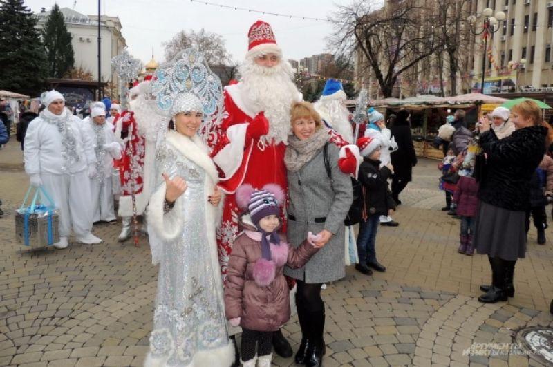 Перед началом парада все желающие могли сфотографироваться с Дедами Морозами и Снегурочками.
