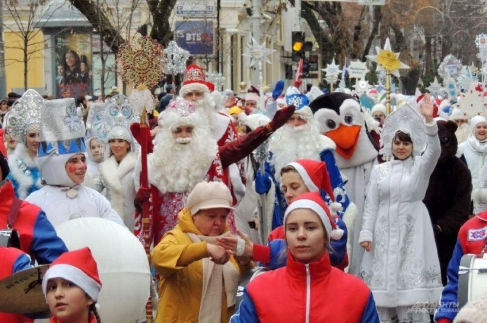 Деды Морозы и Снегурочки махали зрителям руками на всём протяжении парада.