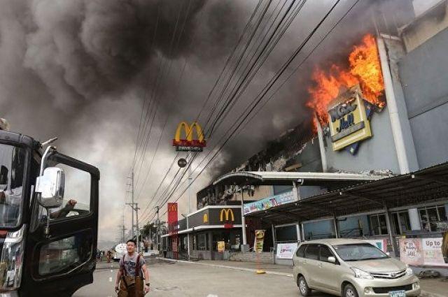 Пожар в коммерческом центре наФилиппинах: десятки человек заблокированы огнём
