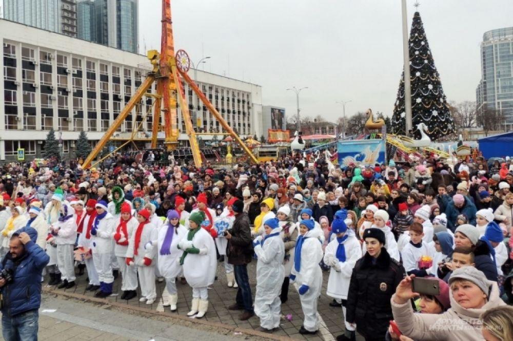 Кульминацией праздничного действа стало зажжение елки на Театральной площади.