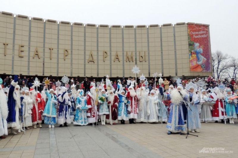 После парада все сказочные герои выстроились в ряд на ступенях Театра драмы.