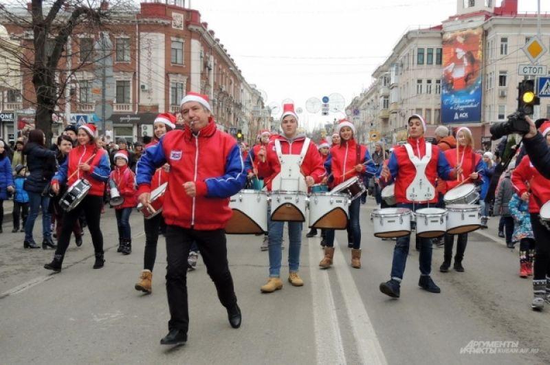 Руководитель оркестра Павел Мораров задавал ритм с помощью свистка и одновременно пританцовывал.