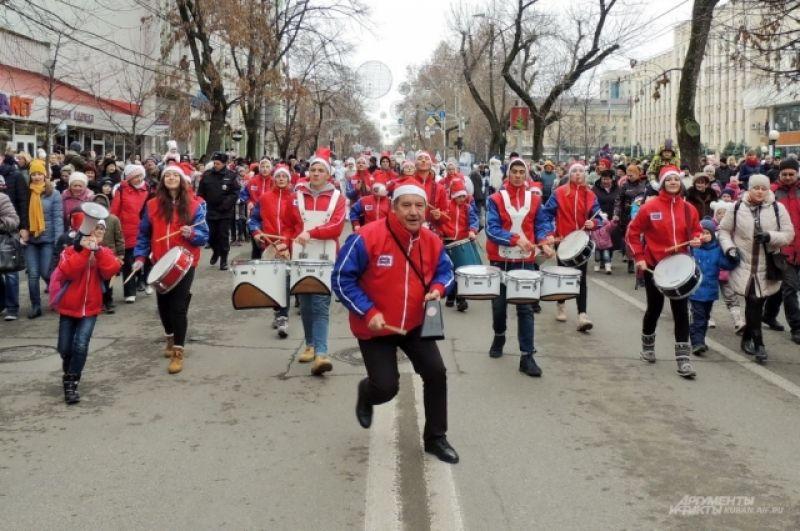 Благодаря оркестру парад было слышно за несколько кварталов.