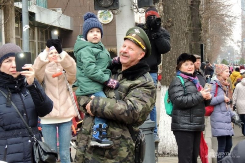 Многие люди снимали парад на камеры смартфонов.