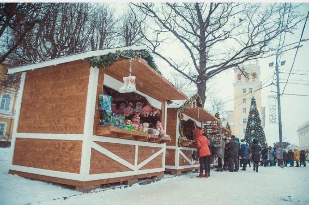 В восьми деревянных домиках ярмарки «Смоленские гулянья» продаются подарки, угощения и согревающие напитки.