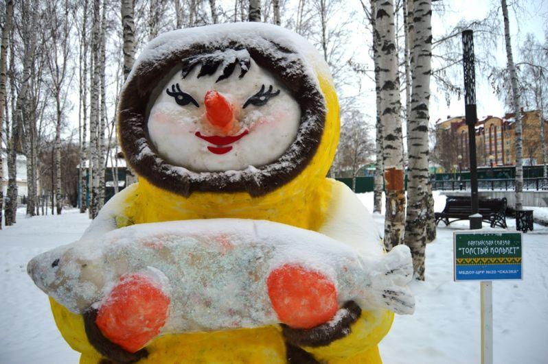 Несколько снежных фигур олицетворяли коренных жителей Севера