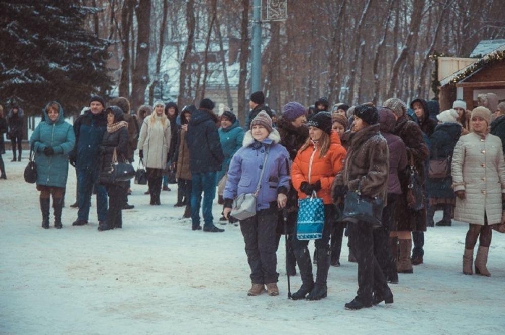 На праздничные предновогодние мероприятия пришли дети и взрослые.