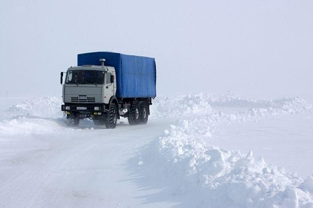 На Ямале два грузовика ушли под лёд