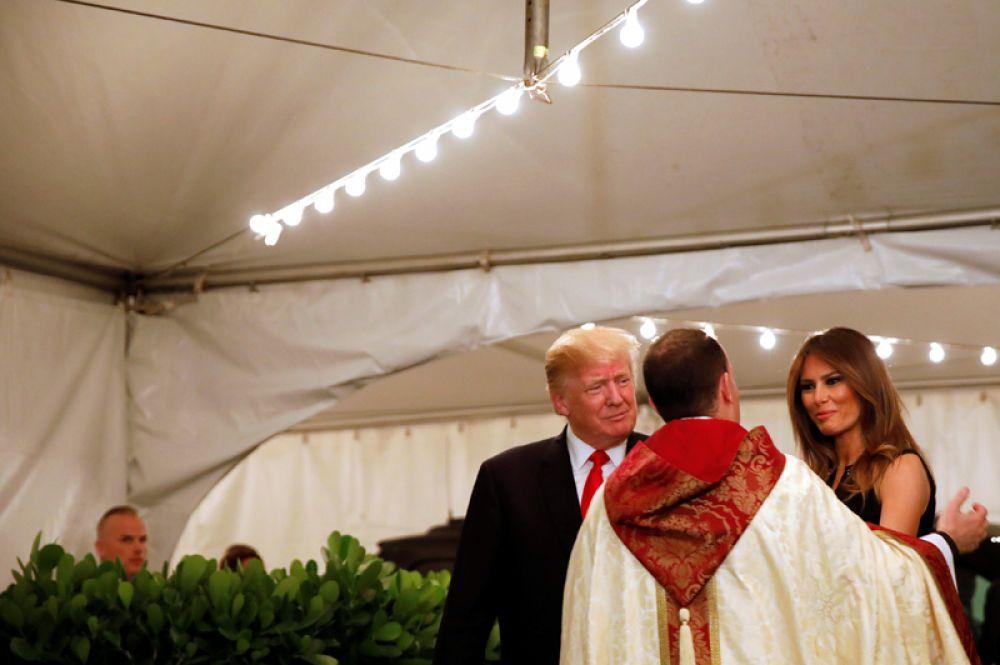 Президент США Дональд Трамп и первая леди Мелания Трамп во время богослужения в церкви в Палм-Бич, Флорида.