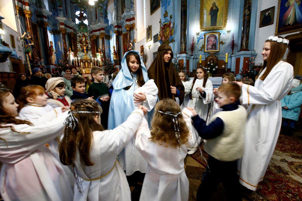Праздник Рождества в католической церкви в городе Дятлово, Республика Беларусь.