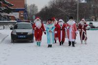 По Новосибирску прогулялись десятки Дедов Морозов