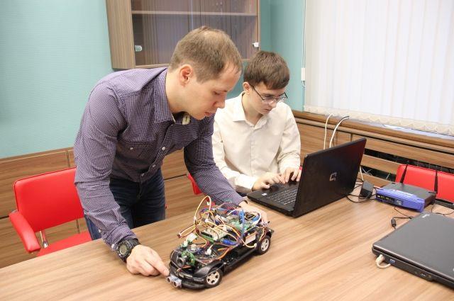 Школьники Красноярска создали робота-разведчика ироботов-танцоров