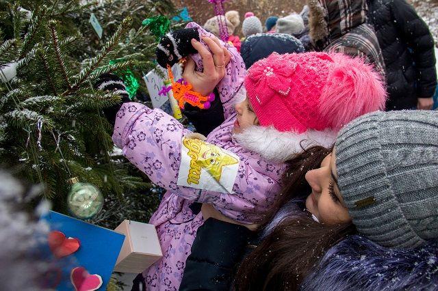 В Оренбурге открываются новогодние елки.