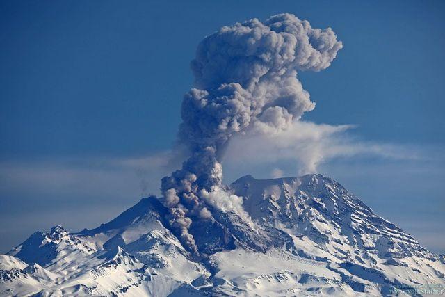 Вулкан Ключевской выбросил семикилометровый столб пепла