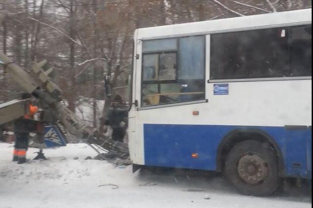 ВСаратове автобус спассажирами въехал встолб, есть пострадавшие