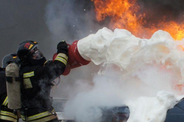 В Калининграде горит склад с алкоголем.