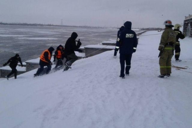 Спасатели МЧС помогли спрыгнувшему с Канавинского моста мужчине.