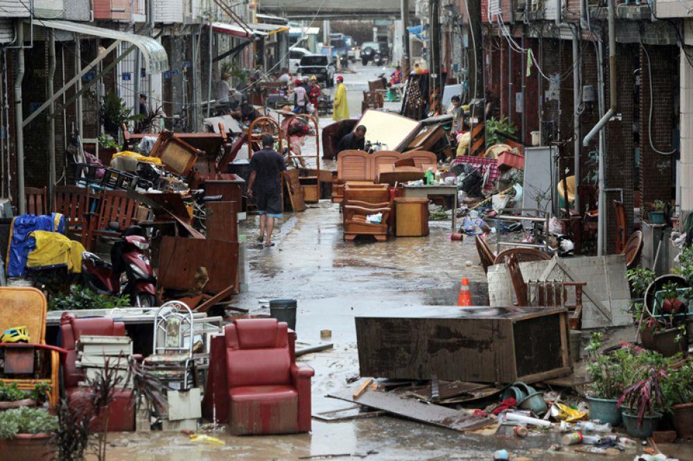 Мебель на улице после наводнений, вызванных тайфуном, Тайвань..