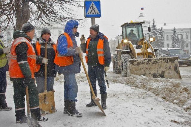 ВПетербурге нарасчистку тротуаров вышло неменее тысяча дворников