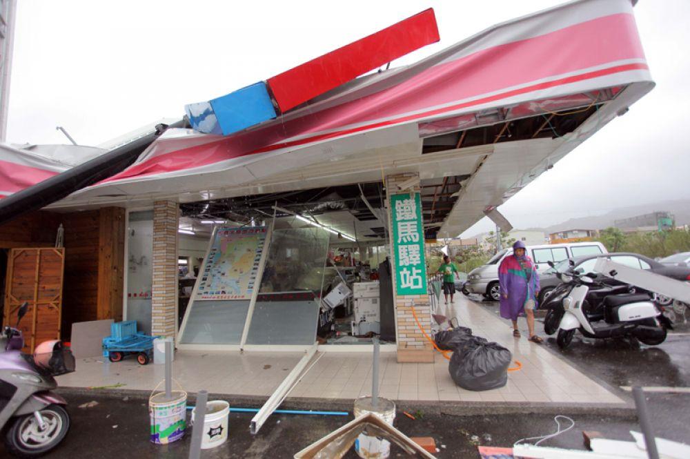 Разрушенный магазин в поселке Хэнчунь в округе Пинтун, Тайвань.