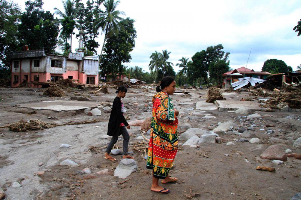 Жители деревни, пострадавшей от наводнения, в провинции Ланао-дель-Норте, Филиппины.
