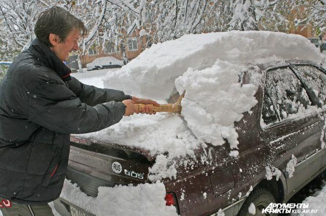 Неизвестные сканируют сигнализацию и блокируют двери заведенного транспортного средства в то время, когда автовладелец очищает его от снега.