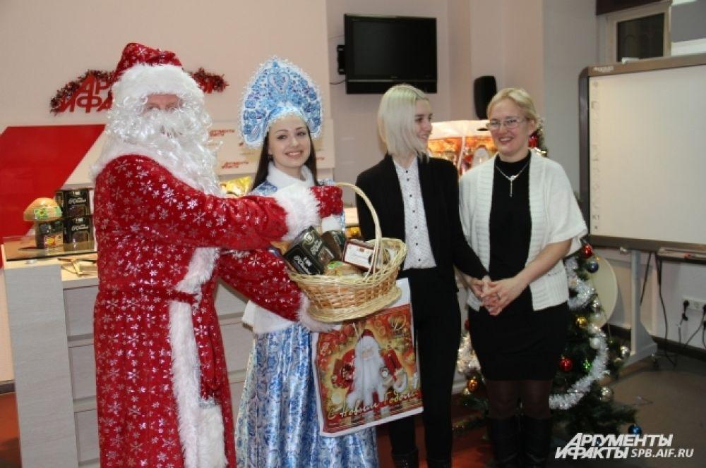 Дед Мороз и Снегурочка создали в редакции атмосферу настоящего праздника.