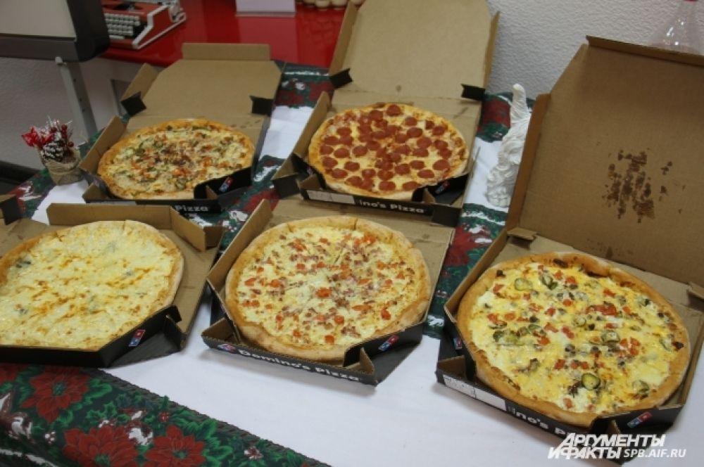 Участников конкурса угостили горячей пиццей.