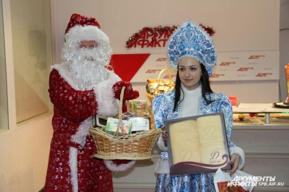 Поздравить победителей пришли Дед Мороз со Снегурочкой.