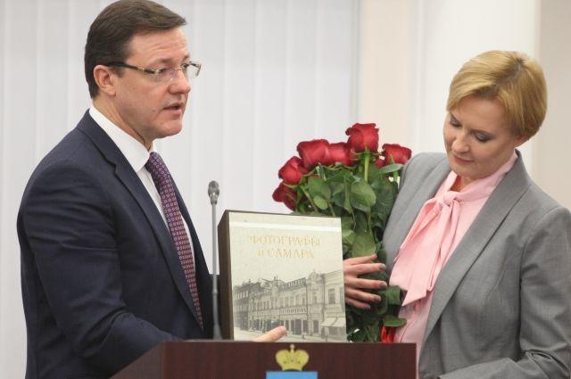 Дмитрий Азаров вручил Елене Лапушкиной книгу о старой Самаре и наказал беречь историческое наследие города.