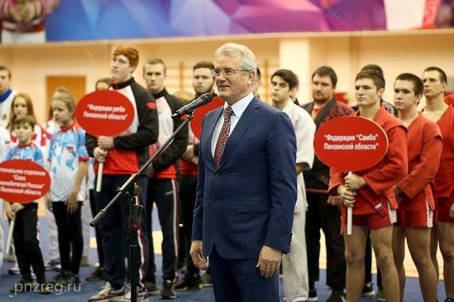 Награды лучшим спортсменам и тренерам вручал губернатор региона Иван Белозерцев.