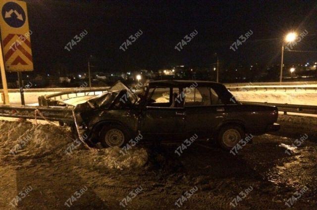 В Оренбурге на Загородном шоссе «ВАЗ» врезался в ограждение, водитель погиб.