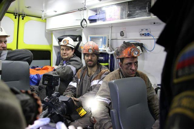 Эдуард Булычёв, Алексей Ильиных и Владислав Халиулин в первые минуты после спасения в машине.