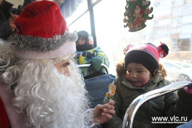 Сразу два Деда Мороза встречают пассажиров новогоднего трамвая Владивостока