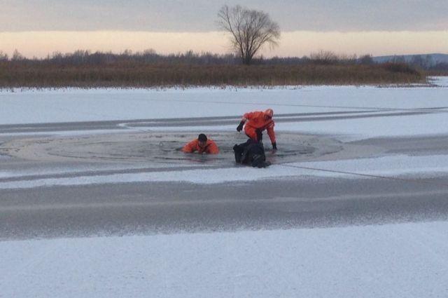 На льду реки обнаружена большая полынья.