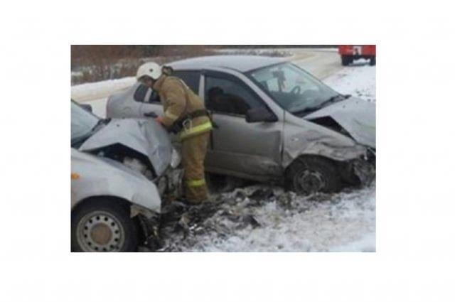 ВСамаре вДТП шофёр легковушки сломал обе ноги— Груда машин