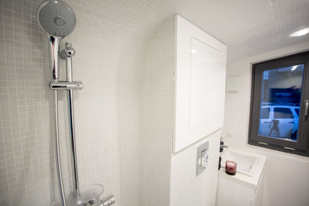 Запаса чистой воды и емкости для стоков хватает примерно на месяц использования дома.