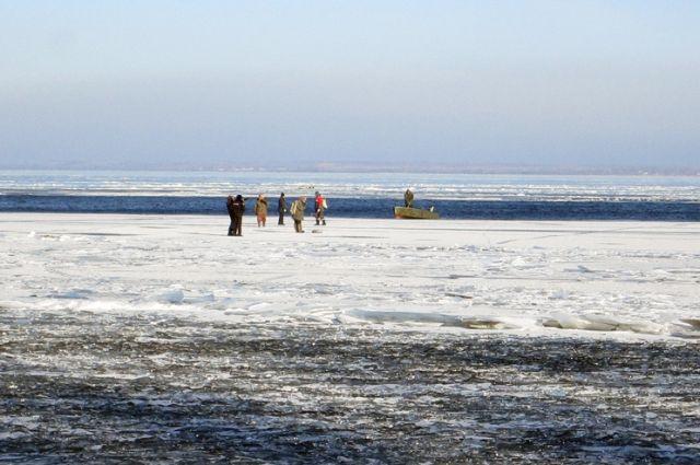 МЧС приступило кспасению 5-ти рыбаков, уплывших наотколовшейся льдине вПерми