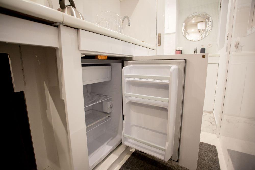 Туристы, проживающие в мобильном доме, смогут не беспокоиться за сохранность еды - ее можно хранить в компактном холодильнике.