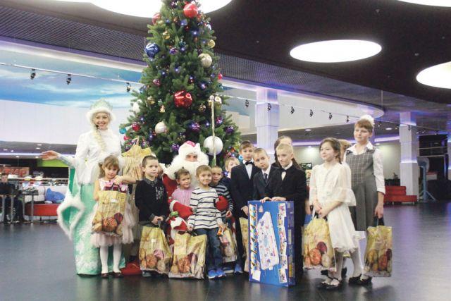 К сожалению, не все дети смогли приехать на ёлку, но подарки им обязательно передадут.