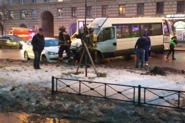 НаСтачек при столкновении смаршруткой автобус вылетел натротуар