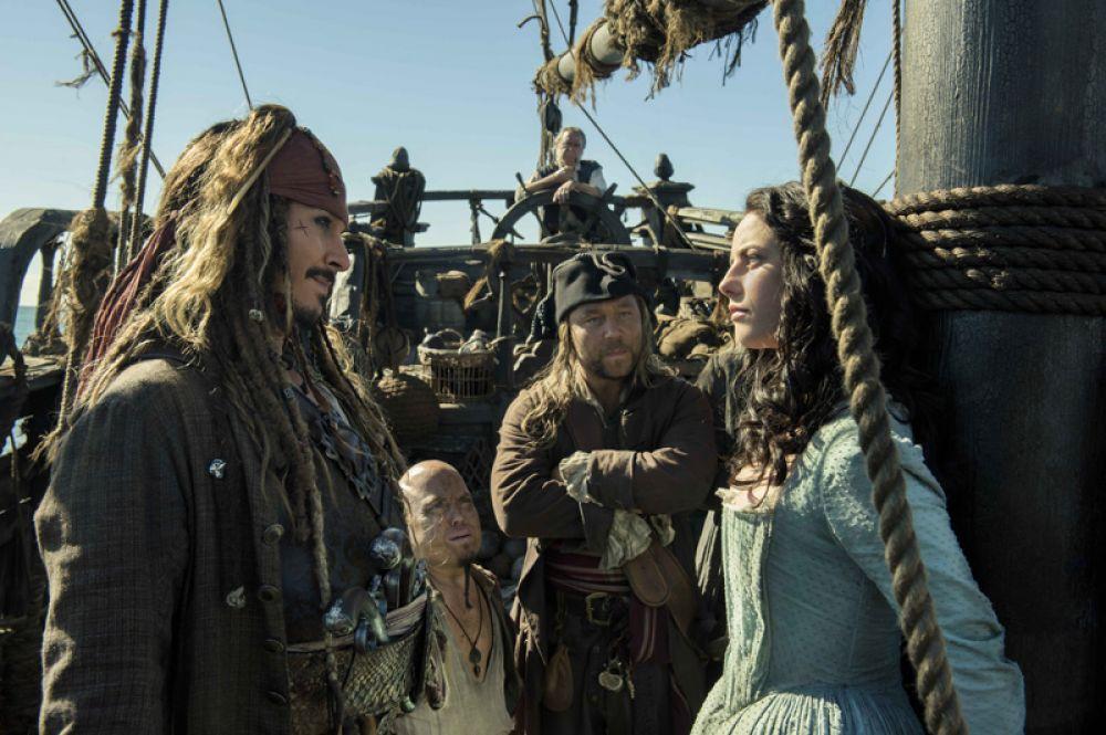 Пятерку рейтинга с 1,1 млрд долларов открывает Джонни Депп. Самым кассовым фильмом с его участием в этом году стали «Пираты Карибского моря 5: Мертвецы не рассказывают сказки» (около 800 млн).