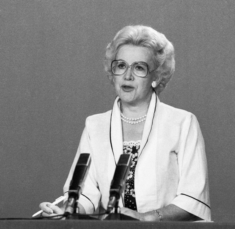 Анна Шатилова. На протяжении многих лет была «лицом» советского телевидения. Вела выпуски информационных программ «Время», «Новости», развлекательные программы, среди которых огромной популярностью пользовался «Голубой огонёк», а также репортажи с праздничных шествий, демонстраций и фестивалей.