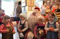 Поселок Старобешево, Донбасс, 2016 год. Дед Мороз из России в гостях у прихожан храма Святых врачей Касьмы и Дамиана.