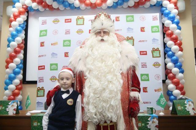 Дедов Морозов Петербурга посоветовали одевать только вфирменные цвета «Зенит»