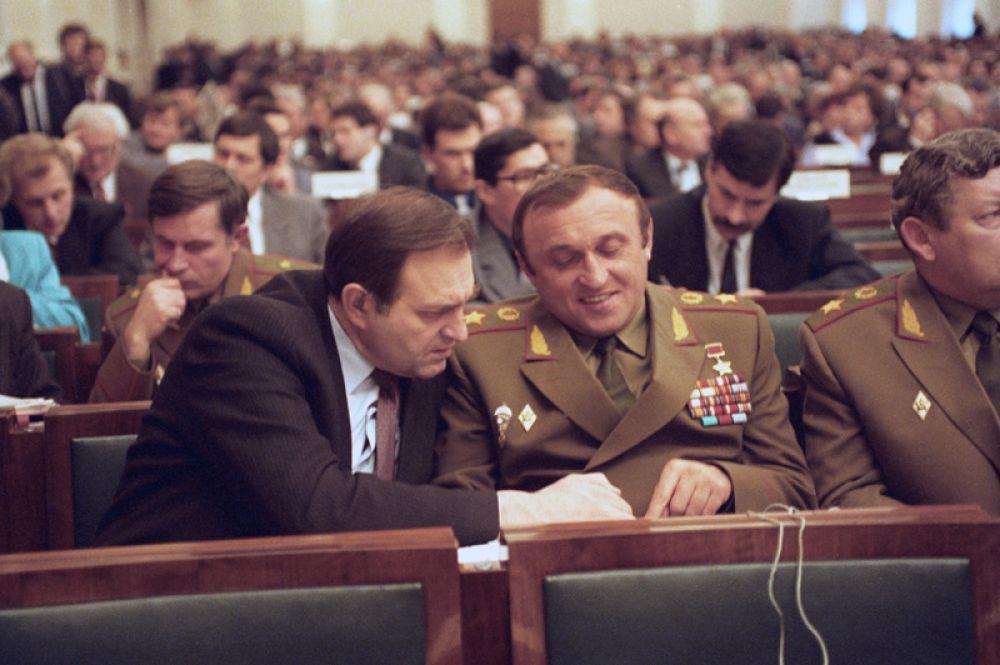 Министр безопасности Российской Федерации Виктор Баранников и министр обороны Павел Грачев на внеочередной сессии Верховного Совета РФ. 1993 год.