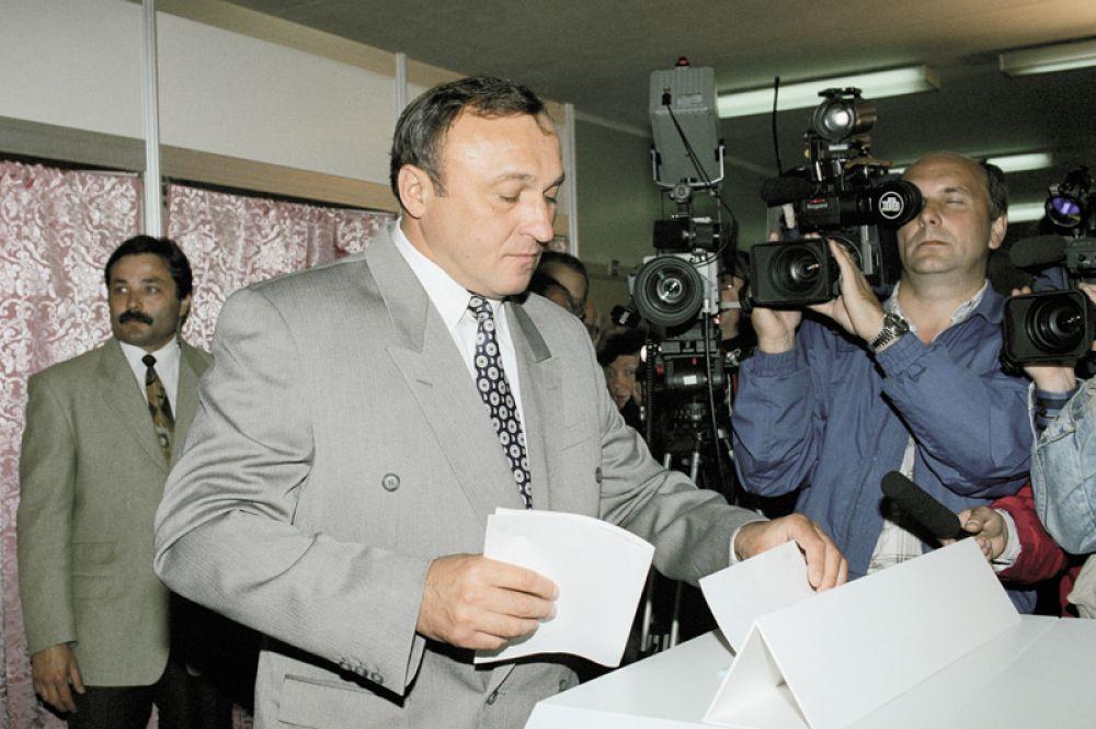 Бывший министр обороны РФ Павел Грачев голосует на избирательном участке. 1996 год.